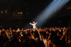 会場中央で歌う宮田和弥(ジェット機)