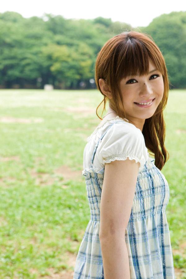 青い芝生を背景ににっこり笑顔で振り返る椿姫彩菜