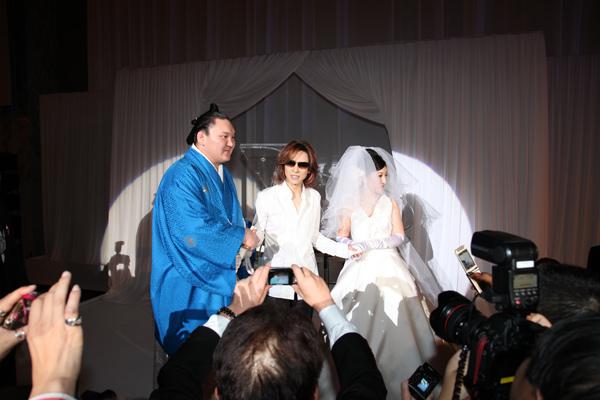 [YOSHIKI] [Misc] Yoshiki acude a la boda de un conocido sumo 002