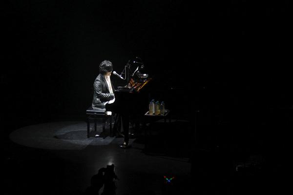 ピアノを奏でるtoshi