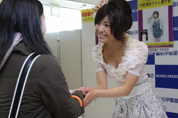 ビキニ姿も披露した初の写真集『UNO』を2月25日に発売したAAAの宇野実彩子が、28日、写真集発売を記念した握手会を紀伊國屋書店新宿南店にて開催した。