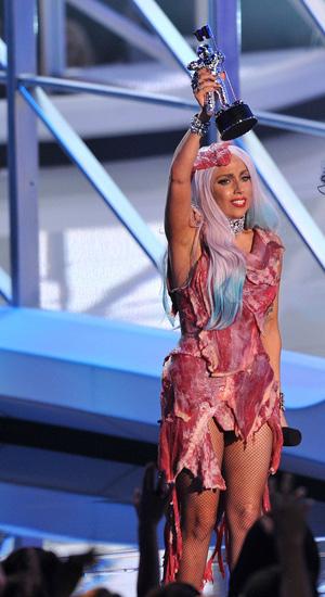 \u201cミート・ビキニ\u201dでマガジンの表紙を飾ったのに続き、\u201cミート・ドレス\u201dで<MTV VIDEO MUSIC AWARDS  2010>に出席し、人々を唖然とさせたレディー・ガガ。