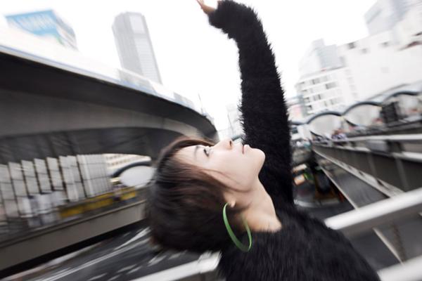 空に手を伸ばす宇多田ヒカル