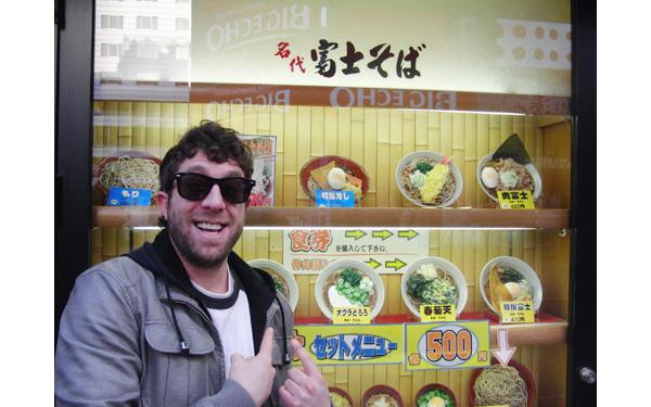 「富士そば」の前で、ものすごいテンションで記念撮影している外国人がいました  [707978541]->画像>11枚