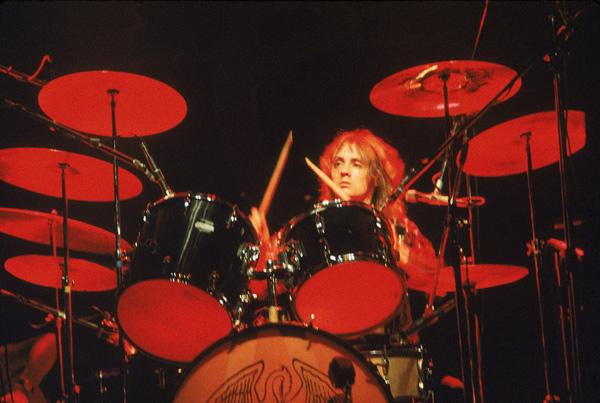 クイーンのロジャー・テイラー ドラム ...
