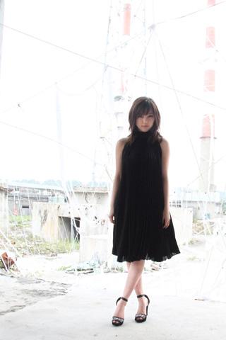 ミニスカート姿の真野恵里菜さん