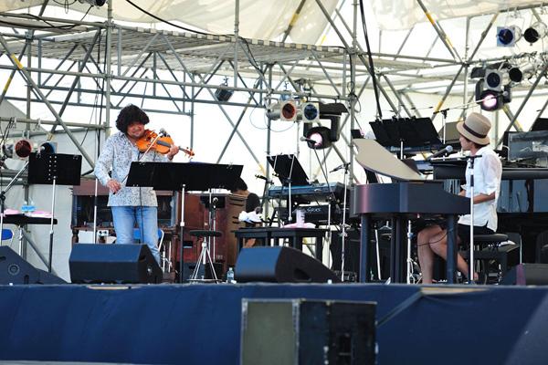 ライブ情熱大陸フェスで葉加瀬太郎との共演するナオト・インティライミ