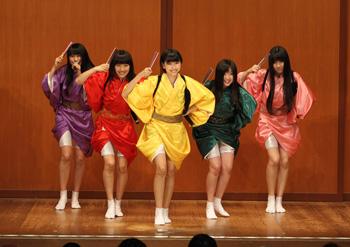 桃黒亭一門、鈴本演芸場にサプライズゲスト出演し新曲「ニッポン笑顔百景」を熱唱