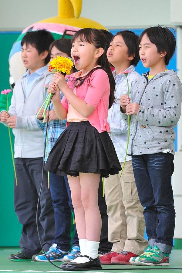 人気子役・鈴木梨央がデビューチャリティーソング「花は咲く」を福島の小学生と歌う
