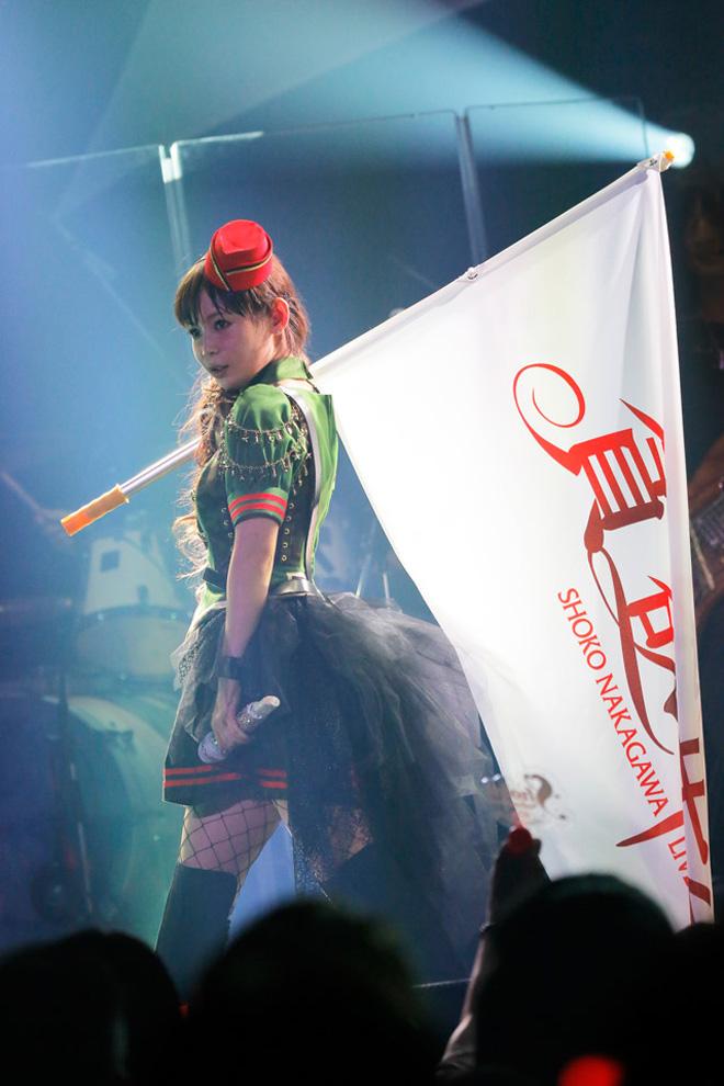 カーキ色のミリタリー風を着た中川翔子