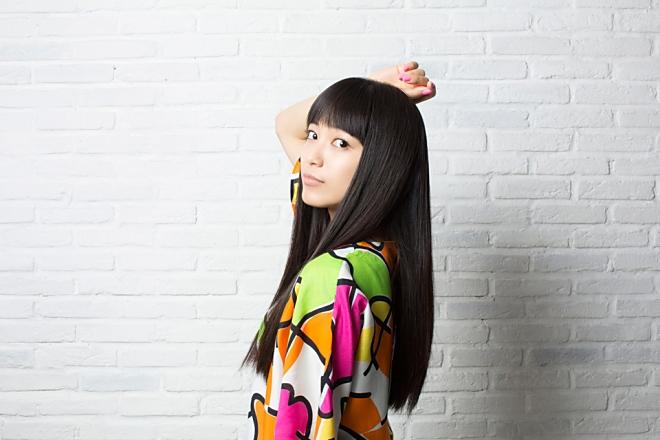 カラフルなワンピース姿でこちらを見つめる歌手・miwa