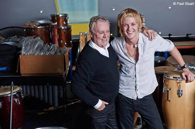 クイーンのロジャー・テイラーの息子で父と同じくドラマーのルーファスが、ザ・ダークネスに加入したそうだ。
