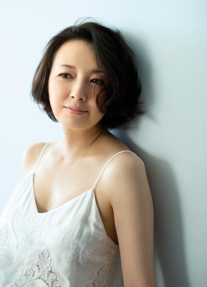 壁にもたれて静かに見つめる白いキャミソール姿が似合っている高橋由美子