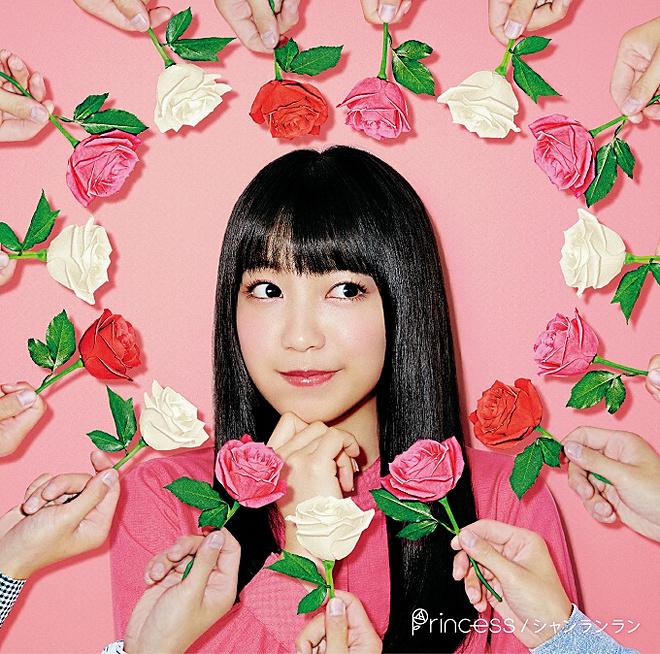 お花に囲まれるmiwa