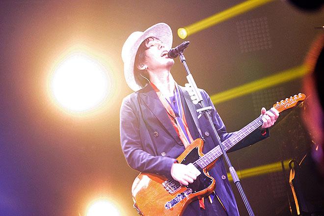青いコートのRADWIMPの野田洋次郎
