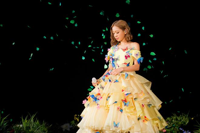 バタフライドレスの西野カナ2