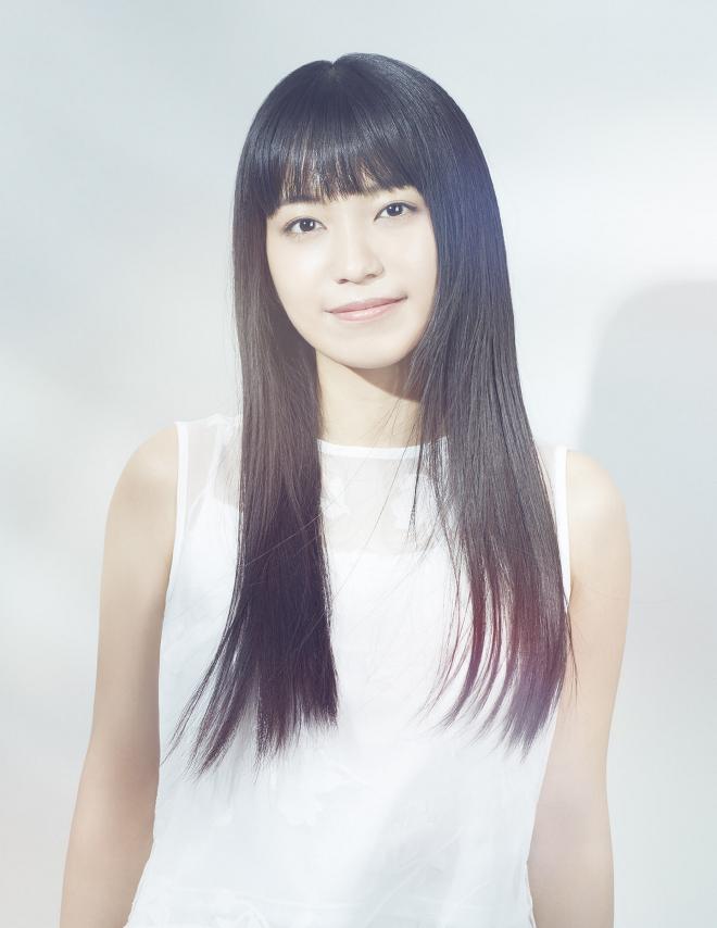 真っ白のノースリーブワンピースを着て微笑む歌手・miwa