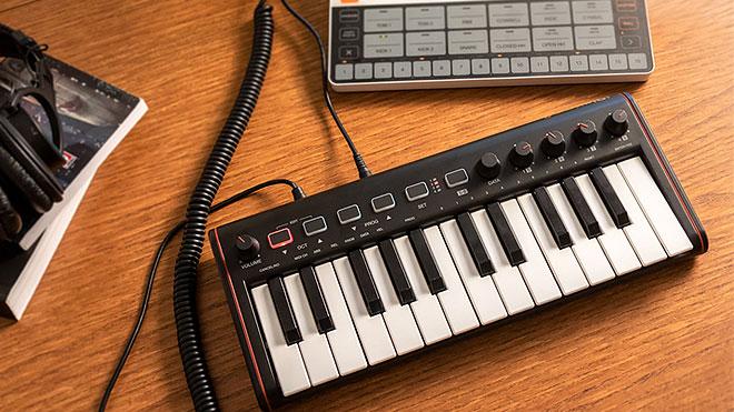 IK Multimedia、オーディオアウトを備えたコンパクトな25鍵MIDI ...