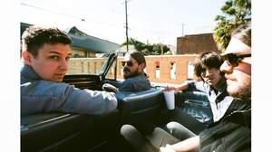アークティック・モンキーズ、新PVはドラマーのマット・ヘルダース主演の短編映画風