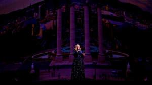 アデル、コンサートを撮影するオーディエンスを注意
