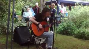 トム・ヨーク、隣人の庭でパフォーマンス