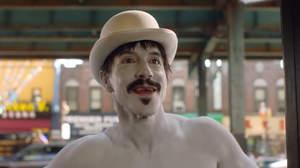 レッチリ、最新ビデオではアンソニーが白塗りほぼ全裸