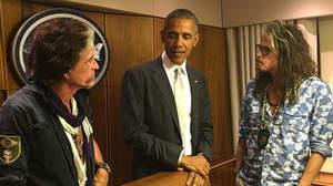 S.タイラーとJ.ペリー、オバマ大統領と遭遇しエア・フォース・ワンを見学