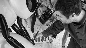 """リアム・ギャラガー、マンチェスターの象徴""""ハチ""""のストリート・アート展に参加"""