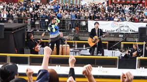 コブクロ、道頓堀にて『ベストヒット歌謡祭』公開収録の船上ライブ