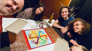 メタリカのラーズ、現妻、息子たちとボードゲーム