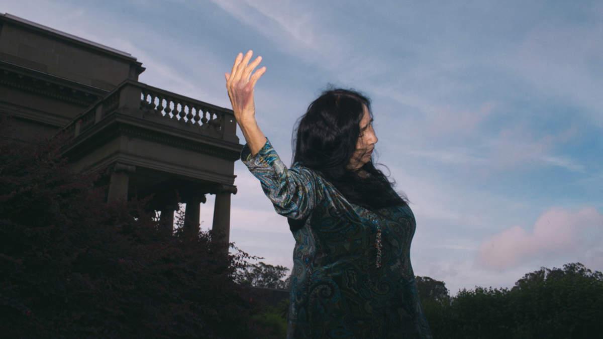 盲目の電子音楽家ポーリーン・アンナ・ストローム、およそ32年ぶりとなる新作