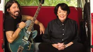 デイヴ・グロール親子、ロックスターとその母を取り上げたTV番組制作